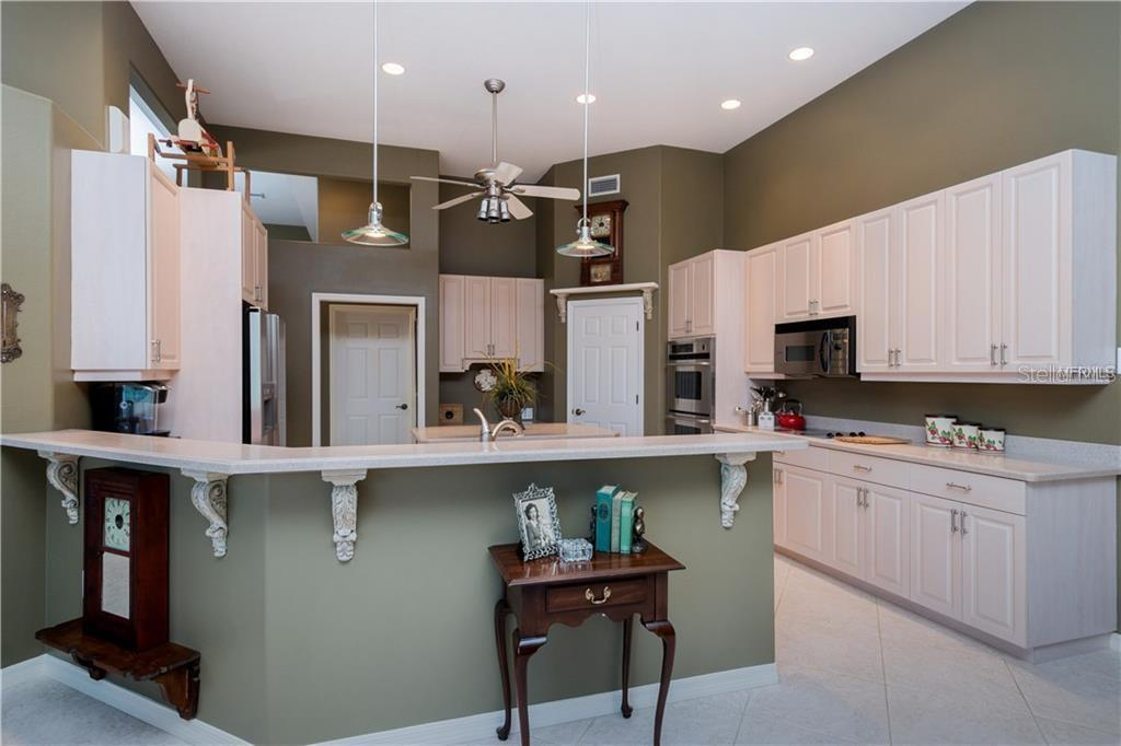 Breakfast Bar - Single Family Home for sale at 422 Wincanton Pl, Venice, FL 34293 - MLS Number is D6101809