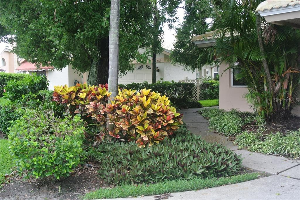 Single Family Home for sale at 4713 Dundee Dr, Bradenton, FL 34210 - MLS Number is A4188534