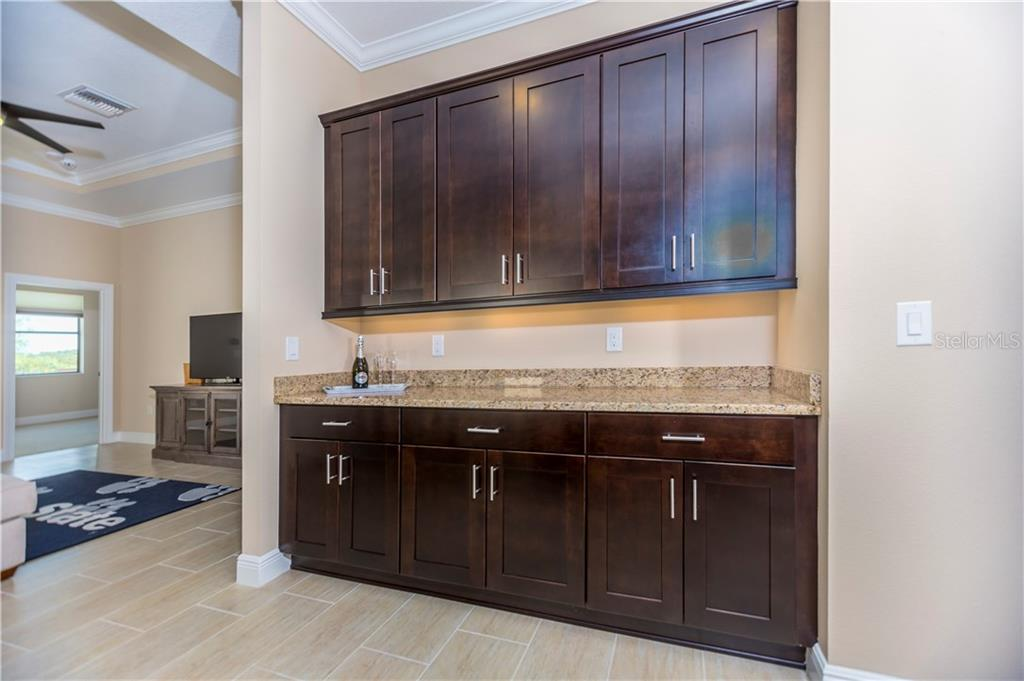 Kitchen service bar - Single Family Home for sale at 23883 Waverly Cir, Venice, FL 34293 - MLS Number is A4190222