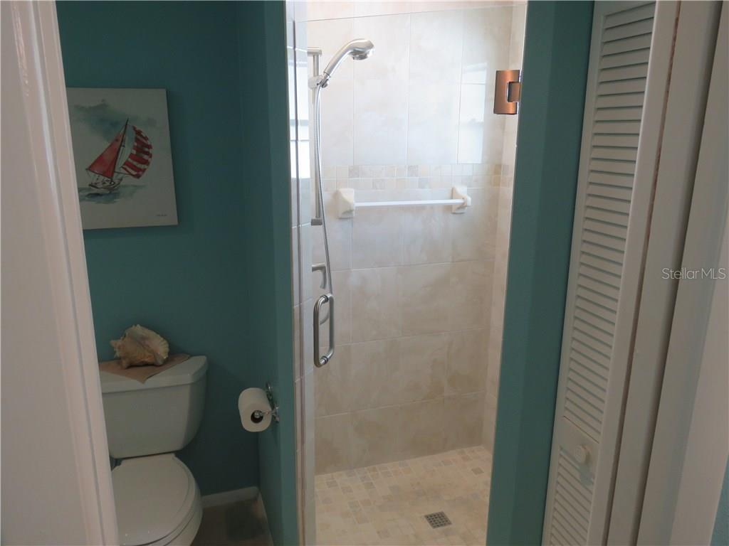 Closer view of walk-in shower. - Single Family Home for sale at 829 Harbor Dr S, Venice, FL 34285 - MLS Number is A4198898