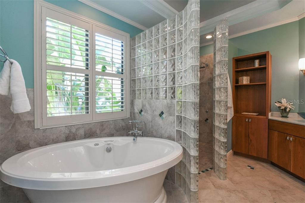 Retreat to Owner's Bath with Spa Bubbler Tub & Roman Walk-In Shower with Multiple Shower Heads - Single Family Home for sale at 7060 Whitemarsh Cir, Lakewood Ranch, FL 34202 - MLS Number is A4417363