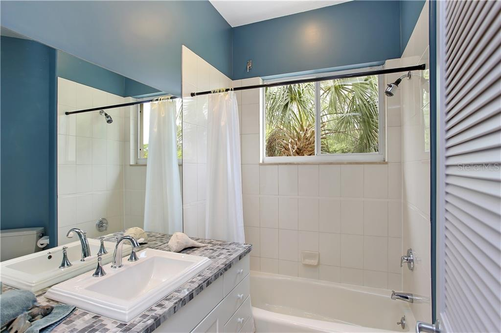 Guest wing bath - Single Family Home for sale at 7259 Turnstone Rd, Sarasota, FL 34242 - MLS Number is A4418410