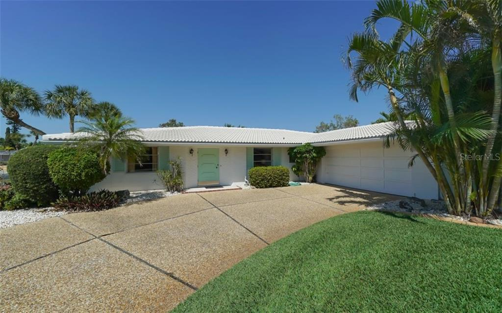 Side Entry Double Garage - Single Family Home for sale at 935 Contento St, Sarasota, FL 34242 - MLS Number is A4431223