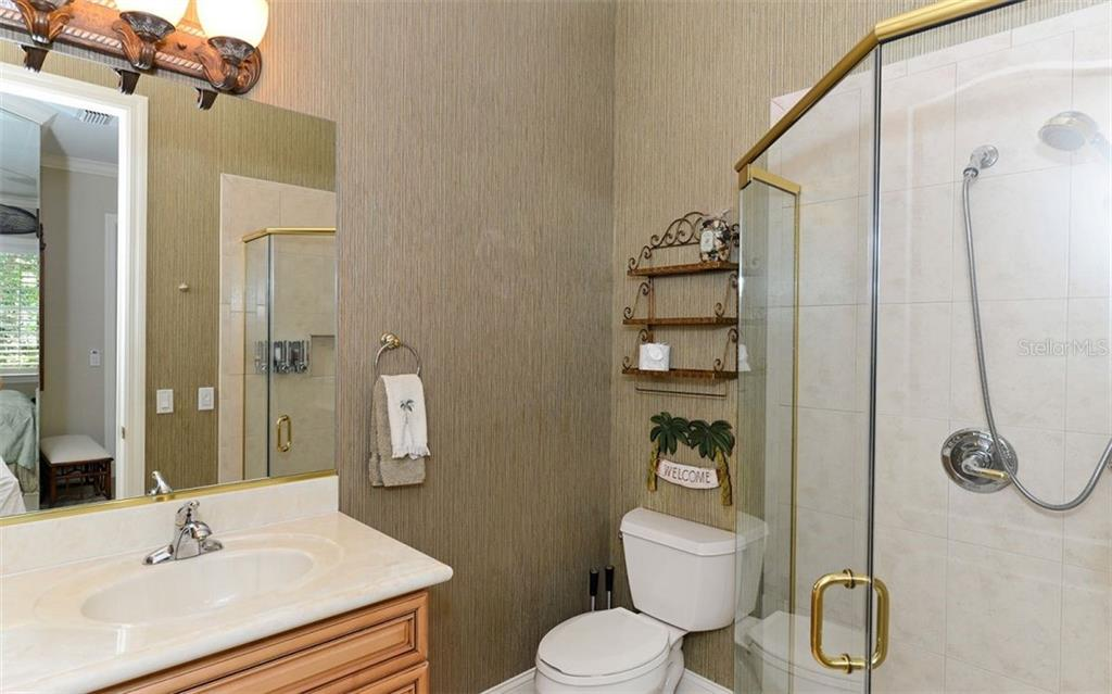 Full Bathroom 2 - Single Family Home for sale at 586 N Macewen Dr, Osprey, FL 34229 - MLS Number is A4451482