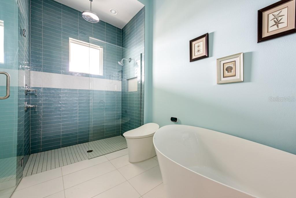 2nd Guest Bedroom's Ensuite Bathroom - Single Family Home for sale at 121 Seagull Ln, Sarasota, FL 34236 - MLS Number is A4483951