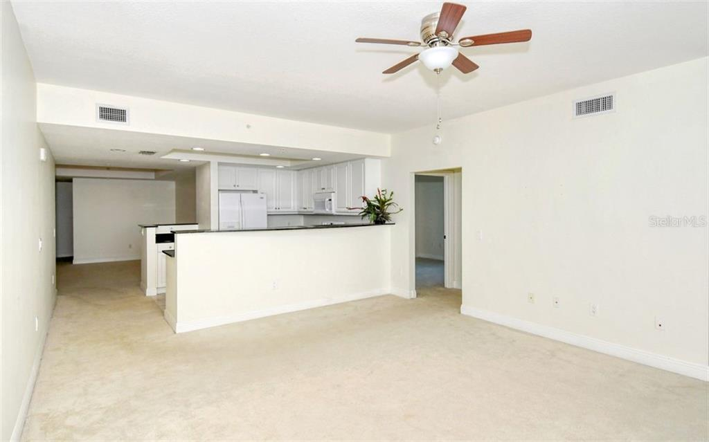 Raised breakfast bar and lots of counter space - Condo for sale at 800 N Tamiami Trl #1007, Sarasota, FL 34236 - MLS Number is A4485565