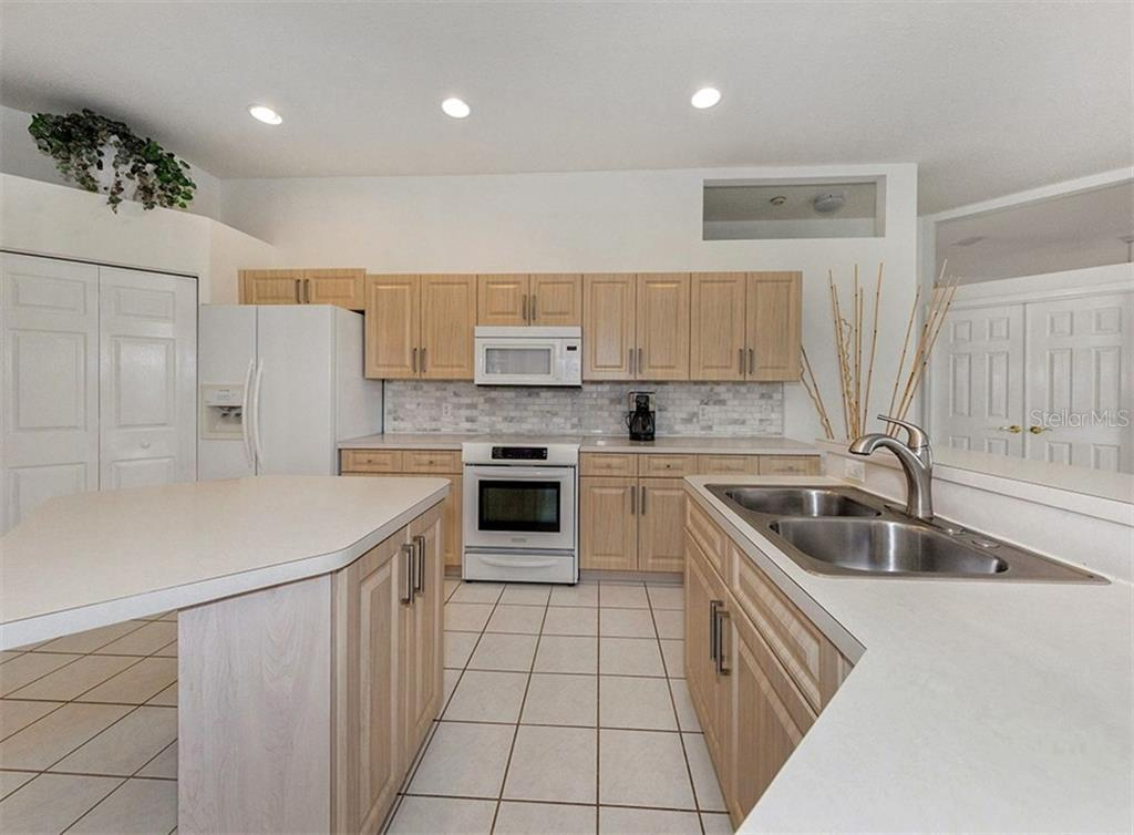 Kitchen - Single Family Home for sale at 122 Ventana Way, Venice, FL 34292 - MLS Number is N5912714