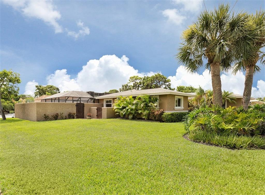 Exterior - Single Family Home for sale at 925 Harbor Dr S, Venice, FL 34285 - MLS Number is N5913682