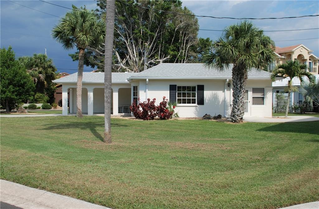 Side exterior - Single Family Home for sale at 920 Inlet Cir, Venice, FL 34285 - MLS Number is N6100937