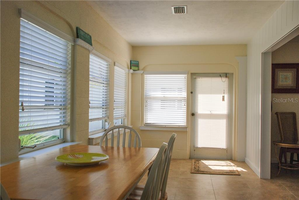 Laundry room - Single Family Home for sale at 920 Inlet Cir, Venice, FL 34285 - MLS Number is N6100937