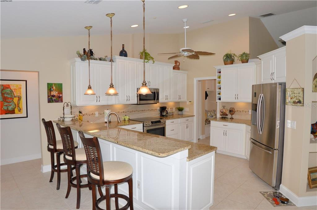 Breakfast bar, kitchen - Single Family Home for sale at 537 Lake Of The Woods Dr, Venice, FL 34293 - MLS Number is N6106043
