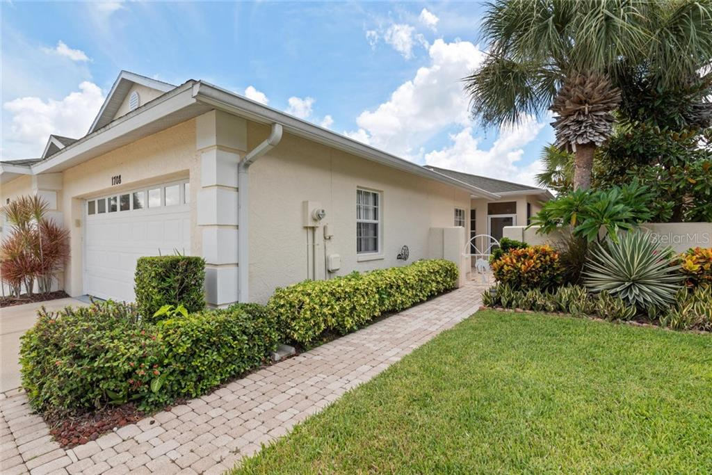 Walkway to courtyard and entry - Villa for sale at 1708 Fountain View Cir, Venice, FL 34292 - MLS Number is N6106422