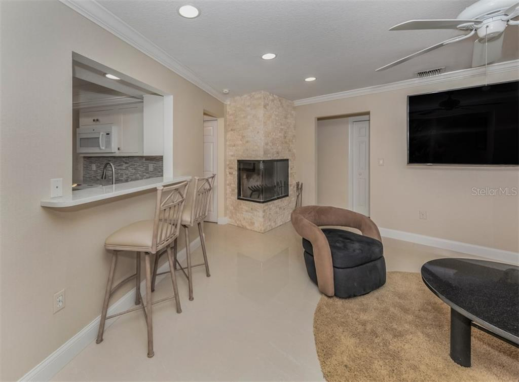 Breakfast bar, family room - Single Family Home for sale at 1321 Guilford Dr, Venice, FL 34292 - MLS Number is N6113272