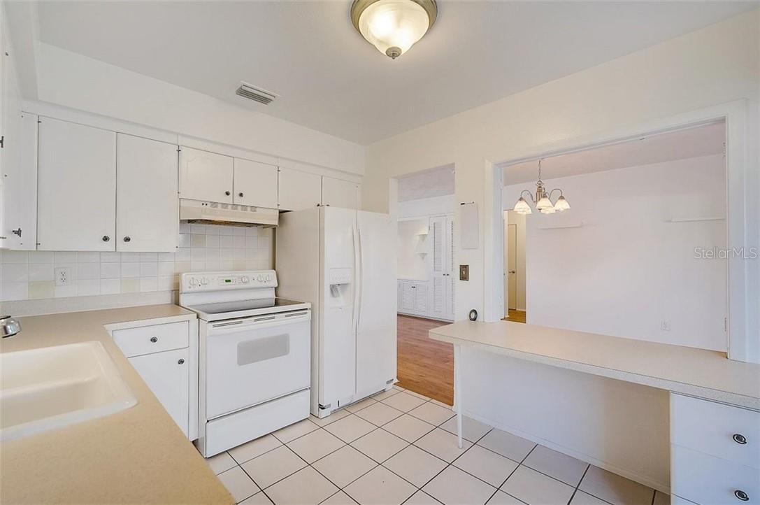 Kitchen - Single Family Home for sale at 552 Sheridan Dr, Venice, FL 34293 - MLS Number is N6114525